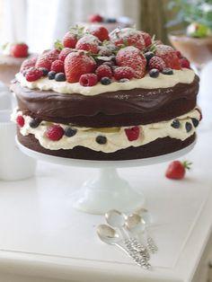 Sjokoladekake med sjokoladekrem, toppet med krem og baer