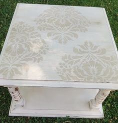 This stenciled damask coffee table is beyond perfect . Def need to get started on my coffee table! Upcycled Furniture, Shabby Chic Furniture, Painted Furniture, Diy Furniture, Stencil Table Top, Stenciled Table, Shabby Chic Rustique, Shabby Chic Decor, End Tables