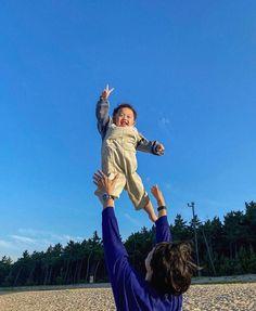 Cute Asian Babies, Korean Babies, Cute Funny Babies, Cute Kids, Cute Family, Beautiful Family, Daddy Baby Photos, Father Daughter Photos, Baby Tumblr