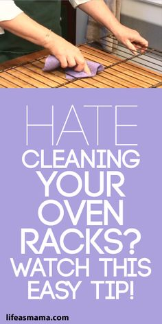 Hate Cleaning Your Oven Racks? Watch This Easy Tip! There's a little trick to cleaning your oven racks that will make your life a lot easier. If you want to get it done quickly, we have the solution. Household Cleaning Tips, Deep Cleaning Tips, House Cleaning Tips, Natural Cleaning Products, Cleaning Solutions, Spring Cleaning, Cleaning Hacks, Green Cleaning Recipes, Cleaning Mold