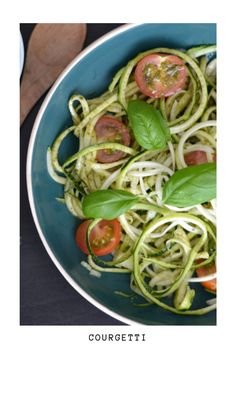 You've probably already figured out that 'courgetti' is a composition of courgette and spaghetti. In the US they often call it 'zoodles', combining the words zucchini and noodles. Vegetarian Recipes Dinner, Dinner Recipes, Courgetti Recipe, New Recipes, Healthy Recipes, Quinoa Breakfast, Vegan Options, Foodie Travel, Noodles