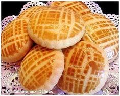 almond-meal cookies w/interesting pattern made using egg wash & fork (recipe in french) Desserts With Biscuits, Mini Desserts, Christmas Desserts, Dessert Recipes, Arabic Sweets, Arabic Food, Mexican Sour Cream, Eid Cake, Algerian Recipes