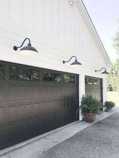 modern farmhouse Do you love Farmhouse Exterior Design? Do you want to change the look of your home to become a Modern Farmhouse Exterior? Home exterior is the first thing that will be seen by others, so make your homes exterior become Continue Reading Farmhouse Exterior Colors, House Paint Exterior, Exterior House Colors, Exterior Design, Ranch Exterior, Exterior Trim, Exterior Remodel, Exterior House Lights, Dark Siding House
