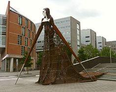 Ultrais een kunstwerk van 8 meter hoog vanSylvia B.en werd gemaakt in opdracht van de gemeente Groningen. Het staat voor het Cascadecomplex op hetCascadepleinin de stadGroningenen werd op 14 oktober 2005 onthuld.