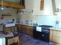 la cuina i la taula de l'Antònia
