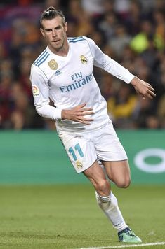 Gareth Bale of Real Madrid celebrates after scoring his sides second goal during the La Liga match between Barcelona and Real Madrid at Camp Nou on May 2018 in Barcelona, Spain. Messi Soccer, Nike Soccer, Solo Soccer, Soccer Cleats, Best Football Players, Soccer Players, Zinedine Zidane, Real Madrid 11, Soccer Poses