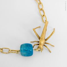 COLLAR CORTO SALTAMONTES  #Collar cadena de plata bañada en oro de 24k adornado con figura de latón, saltamontes, bañado en oro 24k y ágata de color.  Pedidos: contacto@isesoldevila.com