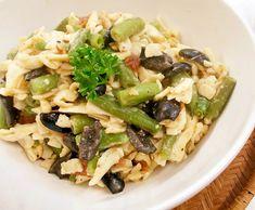 Krátce povařené a pak orestované zelené fazolky na jedné pánvi s nudlemi, sušenými rajčaty a černými olivami.