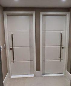 Porta kit pronto especial com pintura laca P.U branco acetinado (Sayerlack) Internal Doors Modern, Modern Door, House Ceiling Design, House Design, Tv Unit Furniture, Dressing Room Design, Door Design Interior, External Doors, Windows