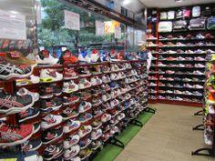 Zapatillas de fútbol, pádel, running, tenis...hay muchos modelos disponibles para todas tus necesidades.