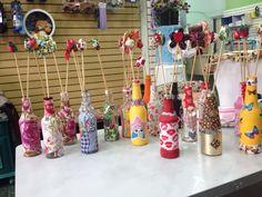 Garrafas decoradas com tecidos autocolante Facinos e flores de fuxico, lindas!