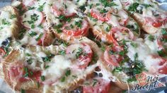 Pokud máte doma staré pečivo, určitě ho nevyhazujte. Připravte si chutnou večeři. Prokládaný toust s rajčaty a sýrem, přelitý smetanovou zálivkou. Autor: Mineralka Pasta Salad, Potato Salad, Shrimp, Ethnic Recipes, Pizza, Ham And Cheese, Tomatoes, Meat, Sandwich Loaf