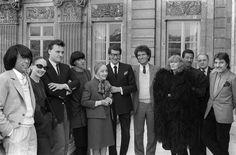 IlPost - Settimana della moda a Parigi, 1984 - Il ministro della Cultura francese Jack Lang (il settimo da sinistra) con importanti stilisti a un evento organizzato per la settimana della moda di Parigi, 21 marzo del 1984. Da sinistra: Kenzo, Anne-Marie Beretta, Jean-Charles de Castelbajac, Chantal Thomass, Alix Gres, Yves Saint-Laurent, Sonia Rykiel, Issey Miyake, Pierre Bergé ed Emanuel Ungaro.   (PIERRE GUILLAUD/AFP/Getty Images)