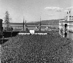 Trieste festeggia il ritorno all'Italia, alla presenza del presidente Einaudi. Una folla festante riempie letteralmente la piazza Unità. 4 novembre 1954