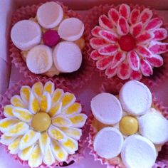 Marshmallow Flower Cupcakes Cupcake Decorations, Cupcake Ideas, Alice In Wonderland Cupcakes, Marshmallow Flowers, Cake Decorating, Decorating Ideas, Flower Birthday, Horse Party, Cupcake Wars