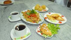 amigos les comparto una presentacion de bolonoes de verde, empanadas rellenas y patas de cerdo emborrajadas...comida tipica Nacional Ecuatoriana