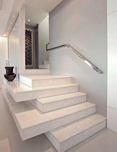 Particolare scala interna in muratura con i scalini in marmo e corrimano in acciaio inox - Idee scale moderne
