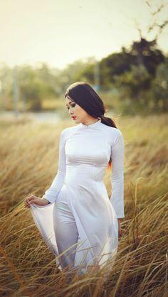 Thiếu nữ mong manh với áo dài truyền thống