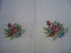Jogo de toalhas bordado a máquina R$78,oo