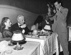 Paulette Goddard et Charlie Chaplin au Ciro's, photographiés par Gene Lester, vers 1940.