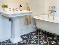 Le style Art déco apporte classe et originalité à la salle de bains. Découvrez nos 5 conseils pour adopter le style Art Déco dans votre salle de bains. Devon Devon, Clawfoot Bathtub, Sink, Bathroom, Home Decor, Glamour, Home, Orb Light Fixture, Wall Lamp Shades