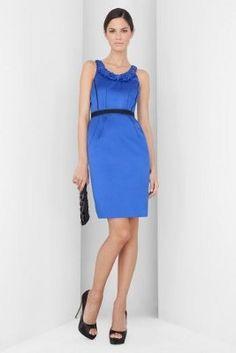 Combina un vestido azul con zapatos rojos