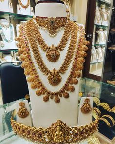South Indian Bride Jewellery, Indian Jewellery Design, Jewellery Designs, Necklace Designs, Gold Jewellery, Designer Jewellery, Jewellery Earrings, Temple Jewellery, Jewelry Patterns