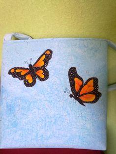 Bolsa con mariposas monarca pintadas a mano.