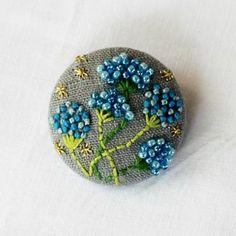 くるみ手刺繍ブローチ 花色 青色