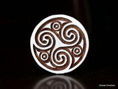 Sculpté à la main indienne bois Textile timbre bloc-Celtic Triskele rond