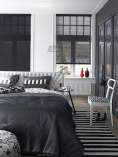 Facette® Shades: Unieke combinatie van lichtregeling en zachte stof. Wees niet bang voor zwarte raambekleding, het geeft het interieur een krachtige statement. Door het contrast met buiten kan je beter naar buiten kijken.