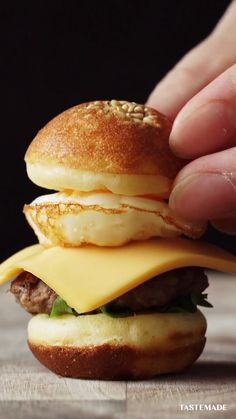 When sliders are too much, try these cute petite burgers made with beef, cheese, a quail egg, and sandwiched between pancake batter buns. Fun Baking Recipes, Snack Recipes, Cooking Recipes, Tiny Food, Snacks Für Party, Appetizer Recipes, Appetizers, Food Cravings, Creative Food