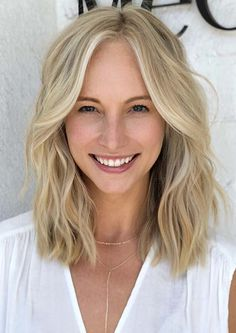 Ladies, you may easily find here so many awesome styles of lob haircuts with blonde shades to show off in 2020. This ever green haircut is really best option for all the bold women to create nowadays. Latest Short Haircuts, Short Blonde Haircuts, Haircuts For Fine Hair, Bob Hairstyles, Short Brown Hair, Short Straight Hair, Short Hair Cuts, Lob Haircut, Hair Inspiration