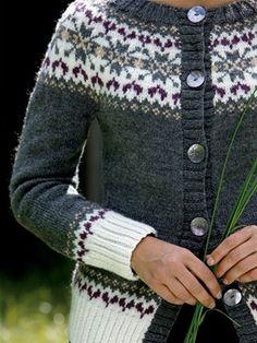 Smuk trøje med mønsteret bærestykke og feminine runde skuldre. Cardigan Design, Cardigan Pattern, Fair Isle Knitting Patterns, Knitting Designs, Etnic Pattern, Knit Jacket, Vest, Norwegian Knitting, Icelandic Sweaters