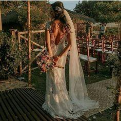 Vestido de noiva maravilhoso nesse casamento ao ar livre precasamento.com #precasamento #sitedecasamento #bride #groom #wedding #instawedding #engaged #love #casamento #noiva #noivo #noivos #luademel #noivado #casamentotop #vestidodenoiva #penteadodenoiva #madrinhadecasamento #pedidodecasamento #chadelingerie #chadecozinha #aneldenoivado #bridestyle #eudissesim #festadecasamento #voucasar #padrinhos #bridezilla #casamento2016 #casamento2017