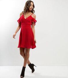 Influence - Robe patineuse rouge à épaules dénudées et détail boutonné   New Look