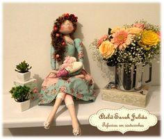 Boneca Tilyta romântica. Uma boneca de pano com 80 cm de comprimento, cabelos sintéticos encaracolados, roupa e corpo em tecidos de algodão, enchimento antialérgico. Criada e produzida pelo o Ateliê Sarah Julião.