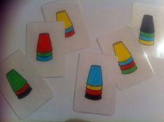 اللعبة عبارة عن : ورقة مرتبة فيها اكواب بالوان معينة الطفل يسويها نفسها على اوض الواقع ( الهدف: الربط بين حاسة البصر والتفكير )