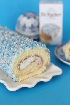 Geboorte cakerol met muisjes. Gevuld met slagroom, jam en muisjes. Verras de kraamvrouw en kraamvisite met deze heerlijke cake. Het recept staat op mijn blog. Klik op bron om naar het recept te gaan of ga naar www.de-zoetekauw.nl