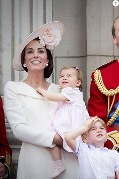 """Kate Catherine Middleton, duchesse de Cambridge, la princesse Charlotte, le prince George - La famille royale d'Angleterre au balcon du palais de Buckingham lors de la parade """"Trooping The Colour"""" à l'occasion du 90ème anniversaire de la reine. Le 11 juin 2016  London , 11-06-2016 - Queen Elizabeth celebrates her 90th birthday at Trooping the Colour.11/06/2016 - Londres"""