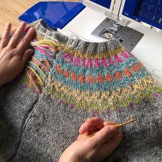 Traditional Icelandic Steeking on Jumper Knitting Videos, Knitting Stitches, Knitting Projects, Motif Fair Isle, Fair Isle Pattern, Icelandic Sweaters, Fair Isle Knitting, Straight Stitch, Pullover