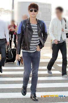 [ 2 NEW PHOTOS : SET #2 ] #SungHoon @bbangSH83 at Incheon Airport Heading to Singapore. Sung Hoon @TMSH83 #성훈 from #PassionateLove #열애 will attend 2013 Fashion Week at Singapore. Friday 11 Oct. 7:30pm... Sung Hoon, Korean Actors, Bangs, Singing, Men's Fashion, People, Korea, Men Fashion, Manish