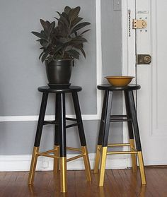 DIY dip paint cheap bar stools for interest // Black & Gold: Bar Stools, Dresser & Rug The Wednesday AFTERNOON Scavenger | Apartment Therapy