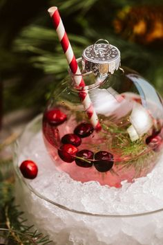 Christmas Drinks Alcohol, Christmas Martini, Christmas Cocktails, Holiday Drinks, Fun Drinks, Yummy Drinks, Christmas Wedding, Christmas Time, Christmas Bulbs