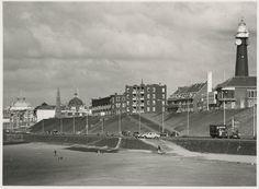 Scheveningen<br />Scheveningen 1972: Strand en boulevard vanaf de vuurtoren tot het Kurhaus