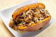 Gepofte zoete aardappel met champignons