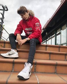 Outdoor Pose for Men on Street Stair with Outfits 🖤 Guys Jeans, Slim Jeans, Portrait Photography Poses, Photography Backdrops, Photography Studios, Photography Ideas, Photography Sketchbook, Beginner Photography, Men Styles