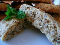 Smíchat semínka, cukr, vlákninu, skořici, přidat nastrouhané máslo na hrubo, vejce a spojit. Nakonec mouku. Pokud by se zdálo těsto lepivější …