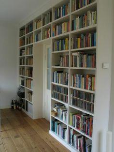 Een boekenkast rondom de deur..