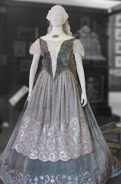 A real gown from 17th century Hungary. Though Lady Mara is a bit more dramatic.